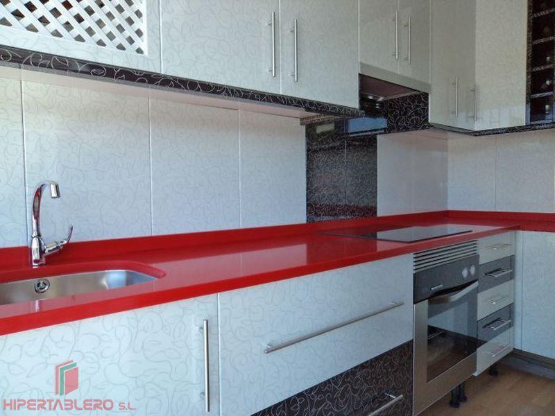 Cocina en luxe blanco y encimera rojo pasión