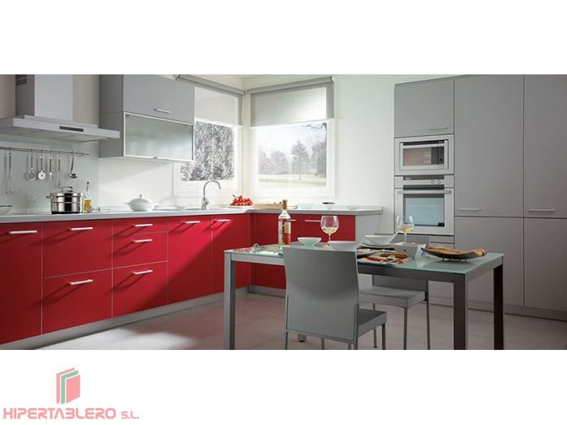 Cocina lacada en rojo y gris mate